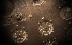 Διαφορετικοί μετρητές και επιδείξεις σε ένα παλαιό αεροπλάνο Στοκ εικόνα με δικαίωμα ελεύθερης χρήσης
