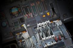 Διαφορετικοί μετρητές και επιδείξεις σε ένα παλαιό αεροπλάνο Στοκ εικόνες με δικαίωμα ελεύθερης χρήσης