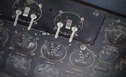 Διαφορετικοί μετρητές και επιδείξεις σε ένα παλαιό αεροπλάνο Στοκ φωτογραφίες με δικαίωμα ελεύθερης χρήσης