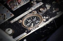 Διαφορετικοί μετρητές και επιδείξεις σε ένα παλαιό αεροπλάνο Στοκ Εικόνες