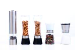 Διαφορετικοί μύλοι καρυκευμάτων με το αλάτι, το πιπέρι και άλλα χορτάρια στοκ φωτογραφίες με δικαίωμα ελεύθερης χρήσης