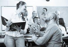 Διαφορετικοί σπουδαστές ηλικίας κατά τη διάρκεια του σπασίματος στοκ φωτογραφία