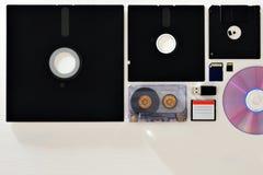 Διαφορετικοί τρόποι να αποθηκευτούν οι πληροφορίες: δισκέτες, ταινίες, κάρτες μνήμης και δίσκοι απεικόνιση αποθεμάτων