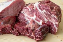 Διαφορετικοί τύποι ακατέργαστων κρεάτων και βόειων κρεάτων χοιρινού κρέατος στοκ φωτογραφία