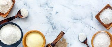 Διαφορετικοί τύποι αλευριών σίτου και σίκαλης στα ξύλινα κύπελλα στοκ φωτογραφίες