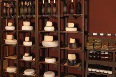 Διαφορετικοί τύποι εύγευστων τυριών και ποτών οινοπνεύματος στοκ φωτογραφίες
