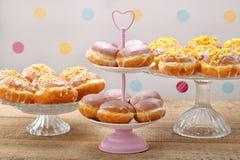 Διαφορετικοί τύποι κέικ donuts την παχιά Πέμπτη στοκ εικόνα