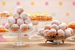 Διαφορετικοί τύποι κέικ donuts την παχιά Πέμπτη στοκ εικόνες