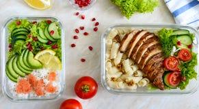 Διαφορετικοί τύποι καλαθακιών με φαγητό Η τοπ άποψη, επίπεδη βάζει εύγευστο υγιές μεσημε&rh κατανάλωση έννοιας υγιής στοκ εικόνες