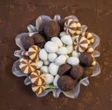 Διαφορετικοί τύποι καραμελών και σοκολατών σε ένα διαφανές διακοσμημένο πιάτο σε μια διακοσμημένη κάλυψη στοκ εικόνα με δικαίωμα ελεύθερης χρήσης
