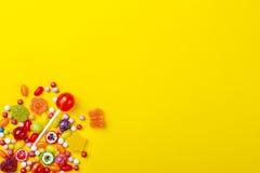 Διαφορετικοί τύποι καραμελών στο κίτρινο υπόβαθρο, διάστημα αντιγράφων στοκ φωτογραφία με δικαίωμα ελεύθερης χρήσης