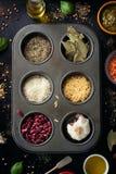 Διαφορετικοί τύποι καρυκευμάτων και σιταριών σε ένα εκλεκτής ποιότητας υπόβαθρο στοκ εικόνα με δικαίωμα ελεύθερης χρήσης