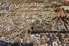 Διαφορετικοί τύποι κλειδιών και εργαλείων γεωργίας για την πώληση, παλαιό αγορά ουσίας ή juna bazaar στοκ εικόνες