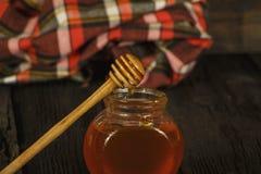 Διαφορετικοί τύποι μελιών στο βάζο γυαλιού στο ξύλινο αγροτικό υπόβαθρο βάζο μελιού γυαλιού Το μέλι είναι μια υγιεινή διατροφή στοκ φωτογραφία