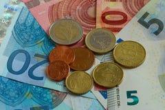 Διαφορετικοί τύποι νομισμάτων και τραπεζογραμμάτια του νομίσματος της Ευρωπαϊκής Ένωσης στοκ εικόνα