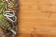Διαφορετικοί τύποι πυρομαχικών σε ένα ξύλινο υπόβαθρο Χειροβομβίδα και σφαίρες στοκ φωτογραφίες