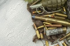 Διαφορετικοί τύποι πυρομαχικών σε ένα υπόβαθρο κάλυψης προετοιμασία του πολέμ&omicr στοκ φωτογραφία με δικαίωμα ελεύθερης χρήσης
