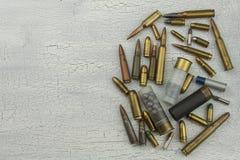 Διαφορετικοί τύποι πυρομαχικών Σφαίρες των διαφορετικών calibers και των τύπων Το δικαίωμα να είναι κύριος ενός πυροβόλου όπλου στοκ εικόνες