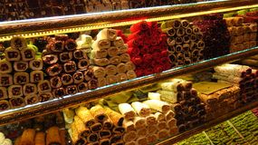 Διαφορετικοί τύποι τουρκικών απολαύσεων που πωλούνται σε Bazaar στοκ εικόνες