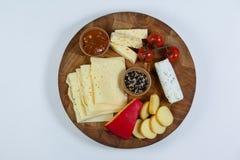 Διαφορετικοί τύποι τυριού, ντοματών και κύπελλων της μαρμελάδας στοκ εικόνα με δικαίωμα ελεύθερης χρήσης