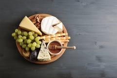 Διαφορετικοί τύποι τυριών με τη φόρμα, τα σταφύλια μελιού και τα καρύδια στοκ φωτογραφίες με δικαίωμα ελεύθερης χρήσης