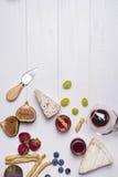 Διαφορετικοί τύποι τυριών με το γυαλί και τα φρούτα κρασιού στοκ φωτογραφία με δικαίωμα ελεύθερης χρήσης