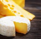Διαφορετικοί τύποι τυριών σε έναν ξύλινο πίνακα στοκ εικόνα με δικαίωμα ελεύθερης χρήσης