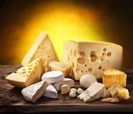 Διαφορετικοί τύποι τυριών στο παλαιό ξύλο. στοκ εικόνα με δικαίωμα ελεύθερης χρήσης