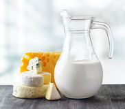 Διαφορετικοί τύποι τυριών στο υπόβαθρο φύσης στοκ φωτογραφία με δικαίωμα ελεύθερης χρήσης