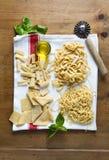 Διαφορετικοί τύποι φρέσκων ζυμαρικών στην πετσέτα κουζινών μακαρόνια, nood στοκ φωτογραφία