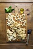 Διαφορετικοί τύποι φρέσκων ζυμαρικών στο ξύλινο υπόβαθρο Spaghet στοκ εικόνα με δικαίωμα ελεύθερης χρήσης