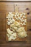 Διαφορετικοί τύποι φρέσκων ζυμαρικών στο ξύλινο υπόβαθρο Spaghet στοκ φωτογραφίες με δικαίωμα ελεύθερης χρήσης