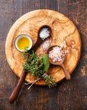 Διαφορετικοί τύποι χονδροειδών αλατιών τροφίμων στοκ φωτογραφίες