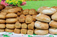 Διαφορετικοί τύποι ψωμιών στην αγορά Στοκ φωτογραφία με δικαίωμα ελεύθερης χρήσης