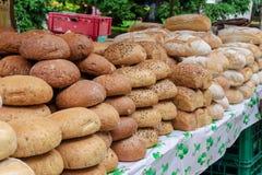 Διαφορετικοί τύποι ψωμιών στην αγορά στοκ φωτογραφίες