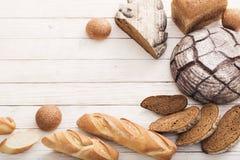 Διαφορετικοί τύποι ψωμιών στο ξύλινο υπόβαθρο στοκ εικόνες