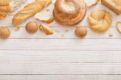 Διαφορετικοί τύποι ψωμιών στο ξύλινο υπόβαθρο στοκ φωτογραφία με δικαίωμα ελεύθερης χρήσης