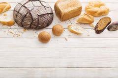 Διαφορετικοί τύποι ψωμιών στο ξύλινο υπόβαθρο στοκ φωτογραφίες με δικαίωμα ελεύθερης χρήσης