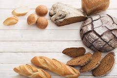 Διαφορετικοί τύποι ψωμιών στο ξύλινο υπόβαθρο στοκ φωτογραφίες