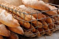 Διαφορετικοί τύποι baguettes στο καλάθι μετάλλων στο αρτοποιείο στοκ φωτογραφίες