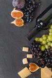 Διαφορετικοί τύποι grapess με το μπουκάλι του κρασιού στοκ φωτογραφία με δικαίωμα ελεύθερης χρήσης