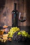 Διαφορετικοί τύποι grapess με το μπουκάλι του κρασιού στοκ εικόνα