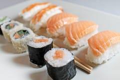 Διαφορετικοί τύποι sushes στο πιάτο στοκ φωτογραφίες
