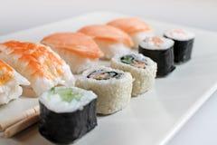 Διαφορετικοί τύποι sushes στο πιάτο στοκ εικόνες με δικαίωμα ελεύθερης χρήσης