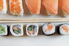 Διαφορετικοί τύποι sushes στο πιάτο στοκ εικόνα με δικαίωμα ελεύθερης χρήσης