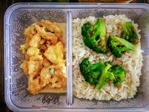 Διαφορετικοί τύποι take-$l*away τροφίμων στα microwavable εμπορευματοκιβώτια σε ένα ξύλινο υπόβαθρο στοκ φωτογραφία