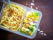 Διαφορετικοί τύποι take-$l*away τροφίμων στα microwavable εμπορευματοκιβώτια σε ένα ξύλινο υπόβαθρο στοκ φωτογραφία με δικαίωμα ελεύθερης χρήσης