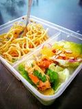 Διαφορετικοί τύποι take-$l*away τροφίμων στα microwavable εμπορευματοκιβώτια σε ένα ξύλινο υπόβαθρο στοκ εικόνα με δικαίωμα ελεύθερης χρήσης