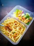 Διαφορετικοί τύποι take-$l*away τροφίμων στα microwavable εμπορευματοκιβώτια σε ένα ξύλινο υπόβαθρο στοκ εικόνες με δικαίωμα ελεύθερης χρήσης