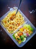 Διαφορετικοί τύποι take-$l*away τροφίμων στα microwavable εμπορευματοκιβώτια σε ένα ξύλινο υπόβαθρο στοκ φωτογραφίες με δικαίωμα ελεύθερης χρήσης